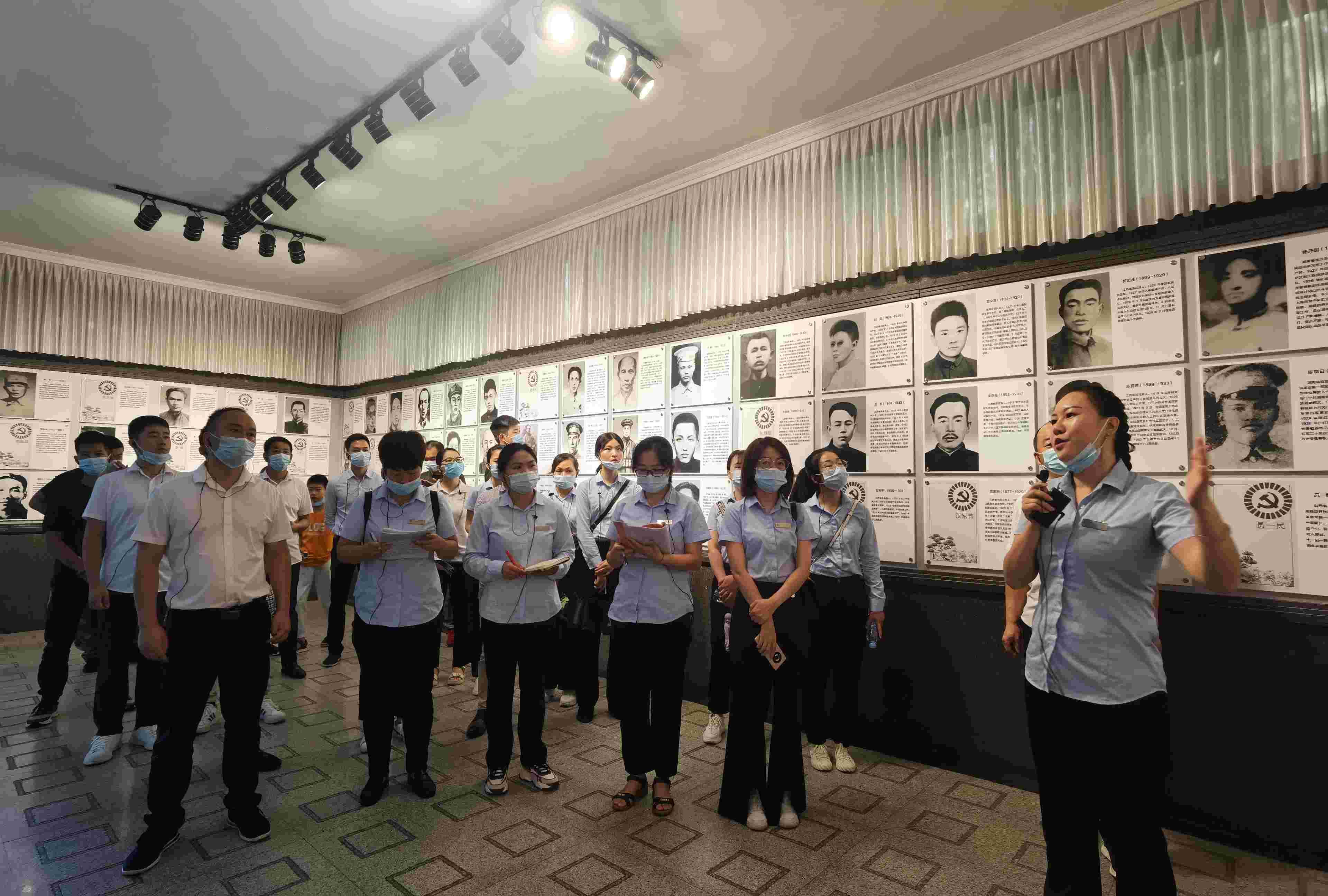 我校组织教职工前往井冈山革命烈士陵园进行现场考核学习